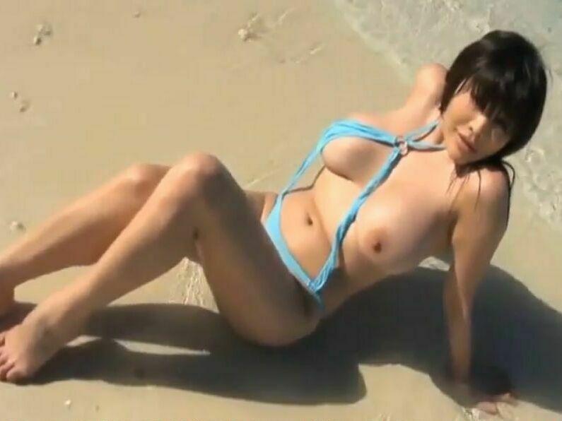 【松坂南】変態水着を着て南国ビーチで開放的になってはしゃぐ巨乳ちゃん♪ポロリしまくりで隠す気もなしw