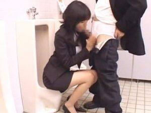 男子トイレに女上司⁉『アンタ何やってんのぉw』小便直後のディープスロート