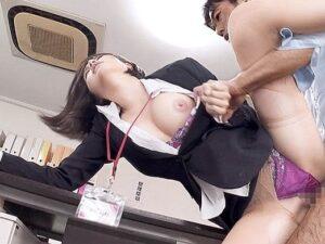 【オフィスSEX】エロ過ぎOLが同僚チンポを机の下でこっそり濃厚フェラ♡先輩にバレて強制ハード3P突入‼手マン大量イキ潮⤴