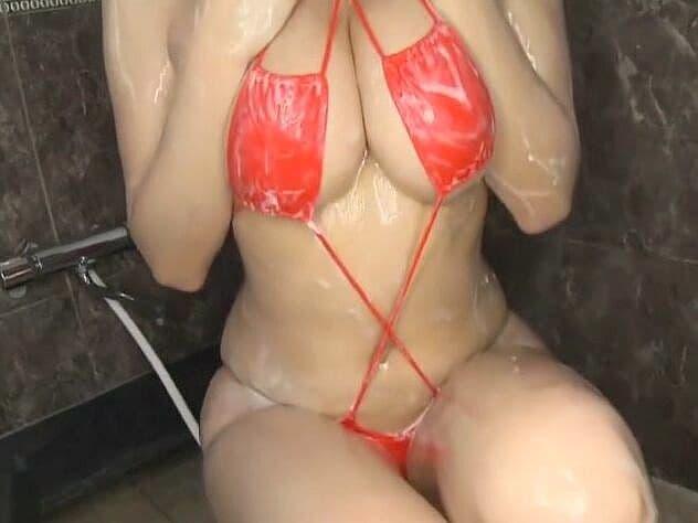 【鈴木ふみ奈×IV】変態ビキニのエロお姉さんが白濁ローションを身体中に塗りたくって挑発する様にムチムチボディを撫で回す♡
